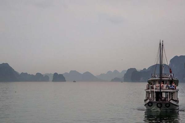 Vịnh Hạ Long vào một ngày 'mây mù giăng lối'