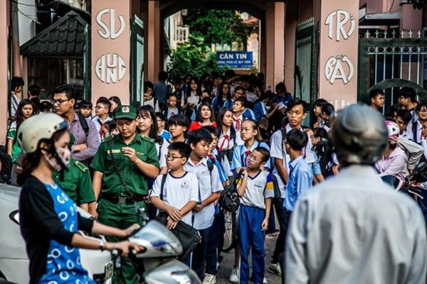Sài Gòn vốn đã náo nhiệt, vào giờ tan trường lại càng thêm đông đúc, ồn ã
