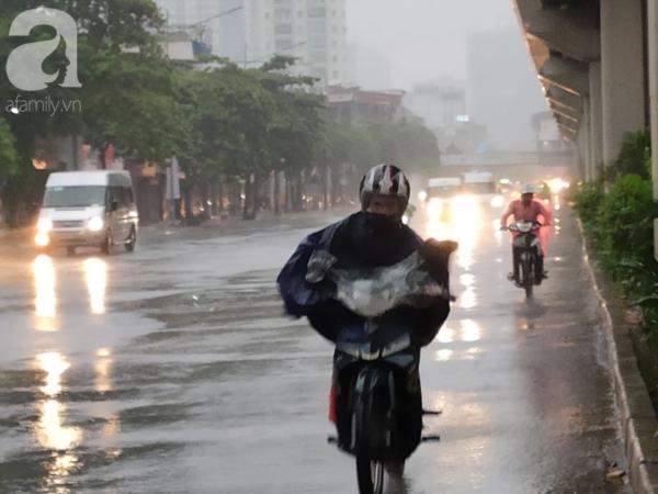 Ảnh: Người dân Hà Nội oằn mình trong mưa lớn và gió lốc mạnh, bão số 3 đã suy yếu thành áp thấp nhiệt đới 2