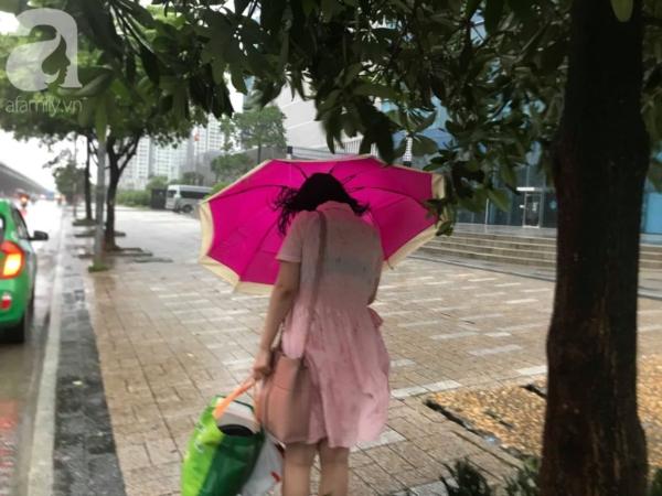 Gió lớn khiến người đi bộ oằn mình trước những đợt 'tấn công' của gió.