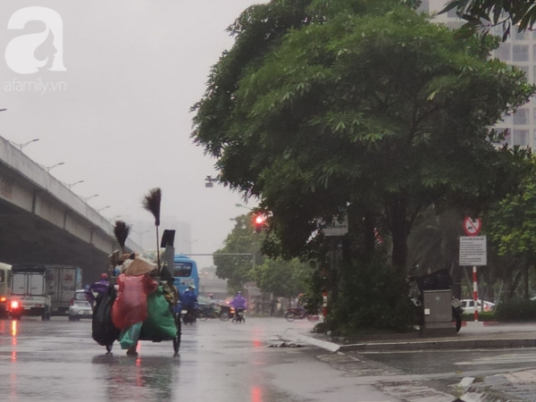 Mưa khiến nhiệt độ giảm mạnh tại Hà Nội.