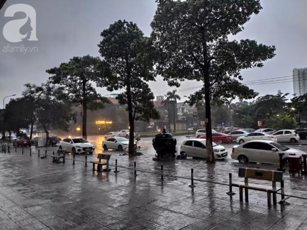 Ảnh: Người dân Hà Nội oằn mình trong mưa lớn và gió lốc mạnh, bão số 3 đã suy yếu thành áp thấp nhiệt đới 8