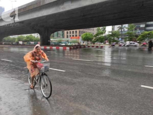 Một người phụ nữ di chuyển trên đường Vành đai 3, đường Phạm Hùng.