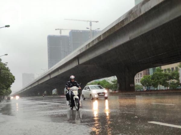 Ảnh: Người dân Hà Nội oằn mình trong mưa lớn và gió lốc mạnh, bão số 3 đã suy yếu thành áp thấp nhiệt đới 13