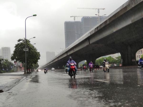 Ảnh: Người dân Hà Nội oằn mình trong mưa lớn và gió lốc mạnh, bão số 3 đã suy yếu thành áp thấp nhiệt đới 14