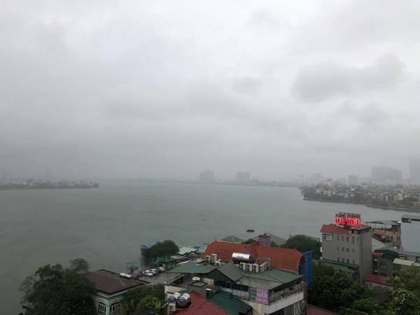 Hú hồn hình ảnh người đi đường thoát chết trong gang tấc vì cây đổ do mưa bão ở Hà Nội 0
