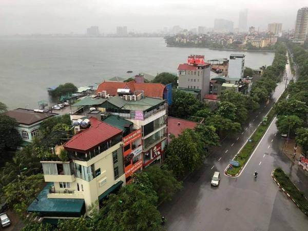 Hà Nội mưa trắng trời do ảnh hưởng từ cơn bão số 3. (Ảnh: Minh Khai Nguyen)