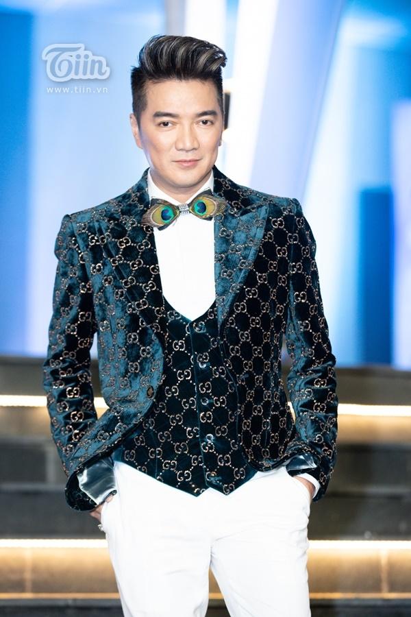 Nam ca sĩ nổi tiếng Đàm Vĩnh Hưng với trang phục vest lấp lánh tại thảm đỏ