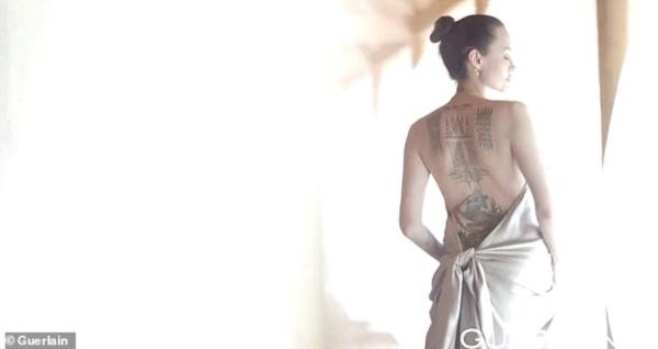 Những hình xăm lớn của Angie sau lưng được khoe trọng trong clip.