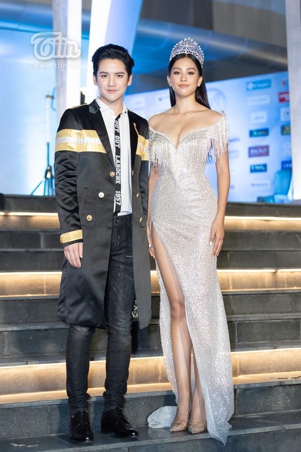 Người đẹp gốc Quảng Nam diện đầm cúp ngực gợi cảm khoe vòng một căng đầy, sánh vai cùng nam ca sĩ/diễn viên Thái Lan điển traiSattaphong Phiangphor