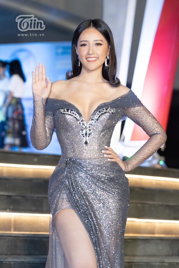 Hoa hậu Mai Phương Thúy khoe đường cong nóng bỏng với váy dạ hội bó sát vô cùng quyến rũ