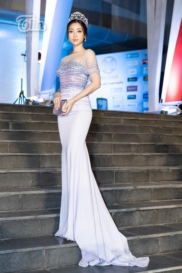 Hoa hậu Đỗ Mỹ Linh 'kín cổng cao tường' với bộ váy dạ hội bó sát, song đông đảo dân mạng cho rằng trang phục tại thảm đỏ của Đại sứ Hoa hậu Thế giới Việt Nam 2019 hơi nhạt nhòa so với dàn Hoa hậu, Á hậu vô cùng lộng lẫy