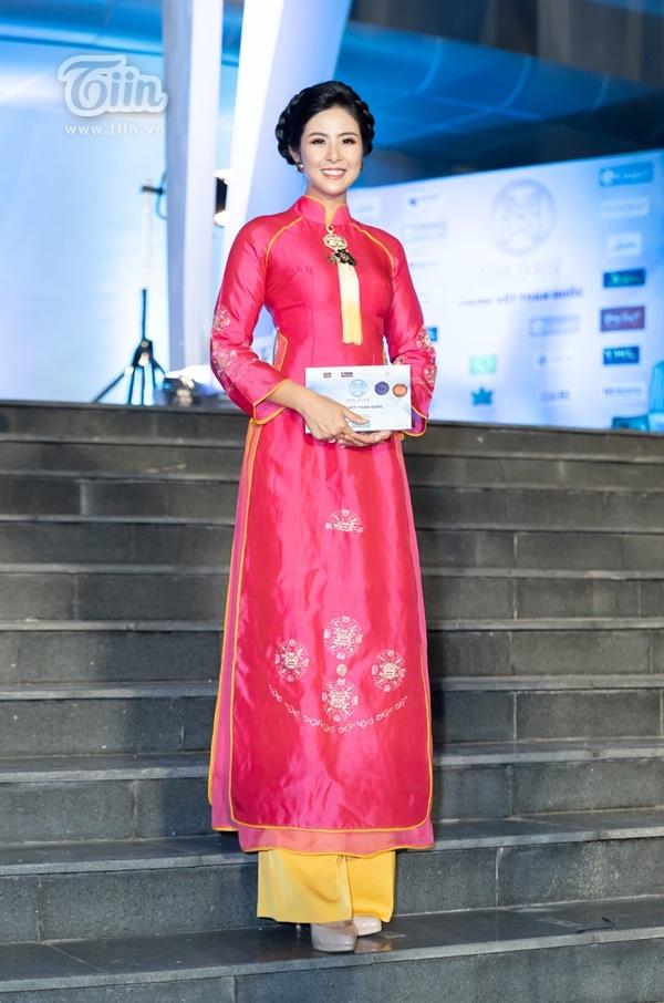 Hoa hậu Ngọc Hân cực mặn mà tại thảm đỏ Miss World Vietnam 2019. Tuy nhiên, bộ váy dạ hội của người đẹp lại bị dân mạng cho rằng hơi sến súa và 'cải lương'