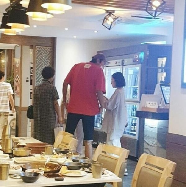 Bắt gặp đôi bạn thân Lee Kwang Soo và Park Bo Young 'hẹn hò' cùng nhau tại nhà hàng 2