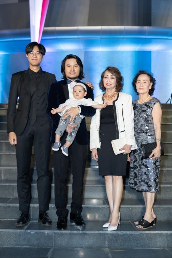 Đạo diễn Hoàng Nhật Nam cùng người thân chụp hình lưu niệm trước khi đêm chung kết bắt đầu.