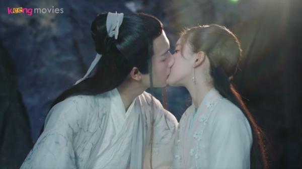 Cả hai trao cho nhau nụ hôn nồng cháy
