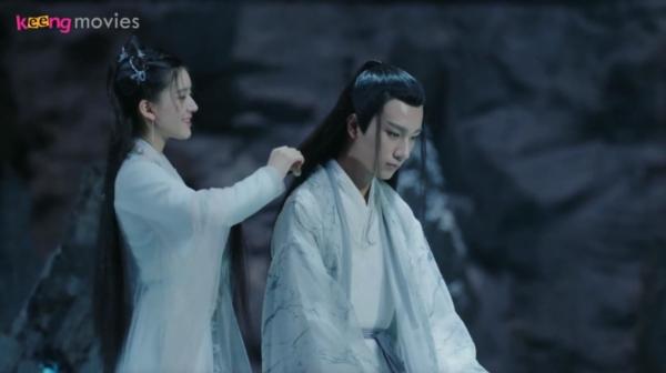 Cô nàng tự mình chải tóc cho Thu Nguyệt