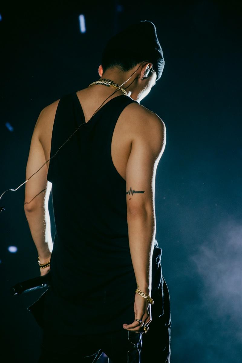 Sơn Tùng M-TP diện áo ba lỗ, khoe hình thể săn chắc trong buổi tổng duyệt Sky Tour tại Hà Nội 2