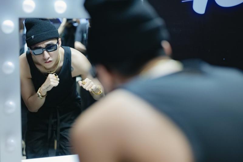 Sơn Tùng M-TP diện áo ba lỗ, khoe hình thể săn chắc trong buổi tổng duyệt Sky Tour tại Hà Nội 5