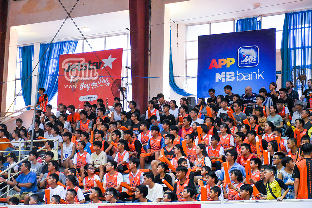 Trên khán đài, không khí đôi khi chìm trong thinh lặng, những gương mặt căng thẳng dõi theo từng diễn biến trên sân đấu.
