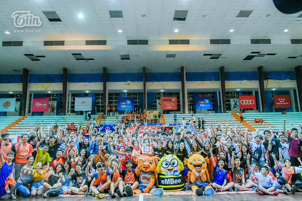 Kết thúc trận đấu, HLV Phan Thanh Cảnh, ban huấn luyện cùng các thành viên đội bóng đã dành thời gian tri ân khán giả. Một lời mời được phát đi từ Danang Dragons với mong muốn cùng khán giả ghi lại những khoảnh khắc kỉ niệm với nhiều thành viên nhất. Ngay lập tức, các fans đã vây kín sân đấu trong niềmháo hức và hạnh phúc.