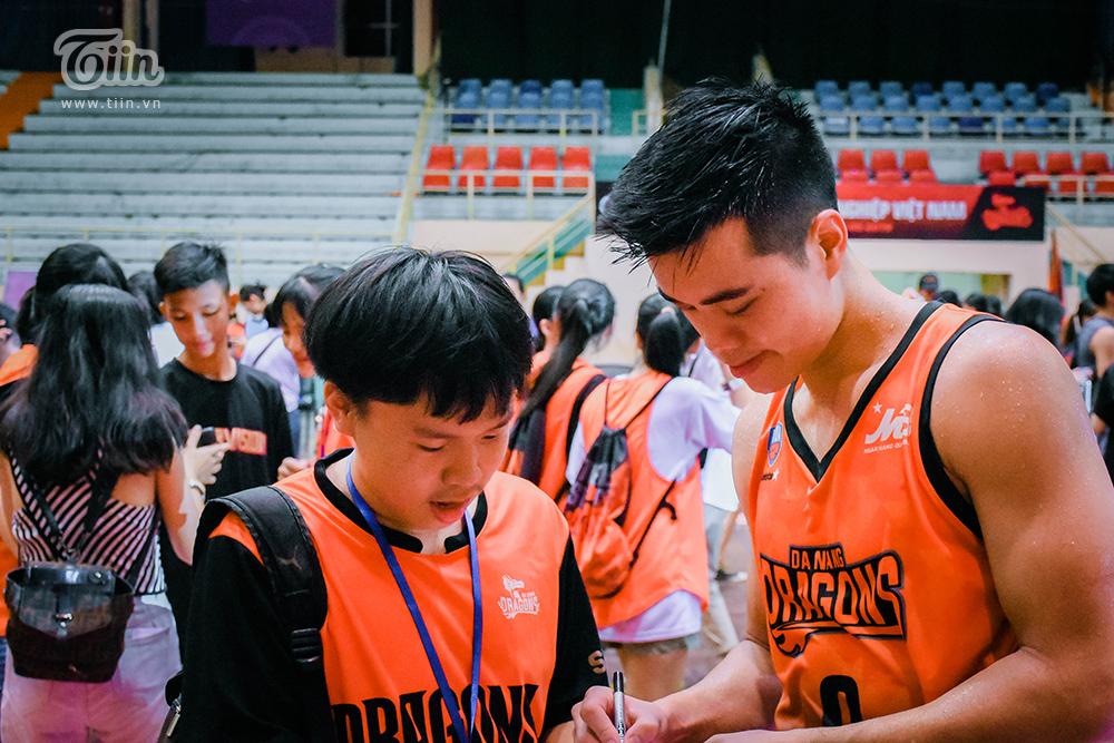 Nhận lời 'triệu tập', fans Danang Dragons cùng đội bóng tạo nên khoảnh khắc đáng nhớ nhất mùa giải 9