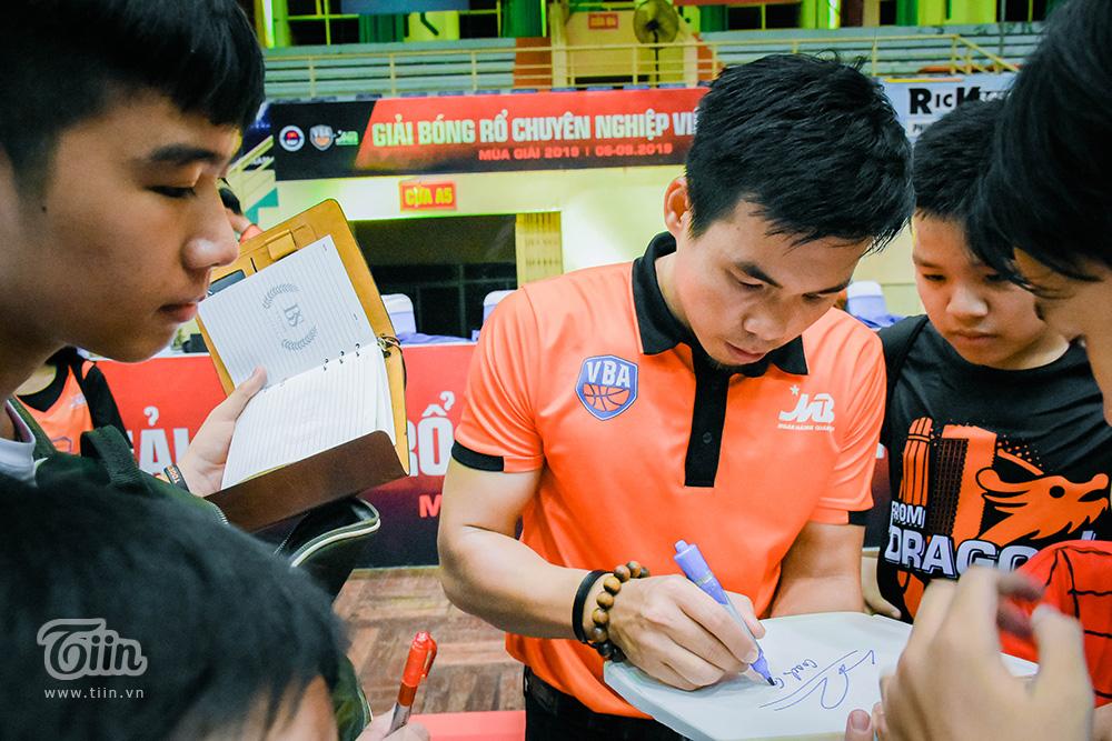Nhận lời 'triệu tập', fans Danang Dragons cùng đội bóng tạo nên khoảnh khắc đáng nhớ nhất mùa giải 10