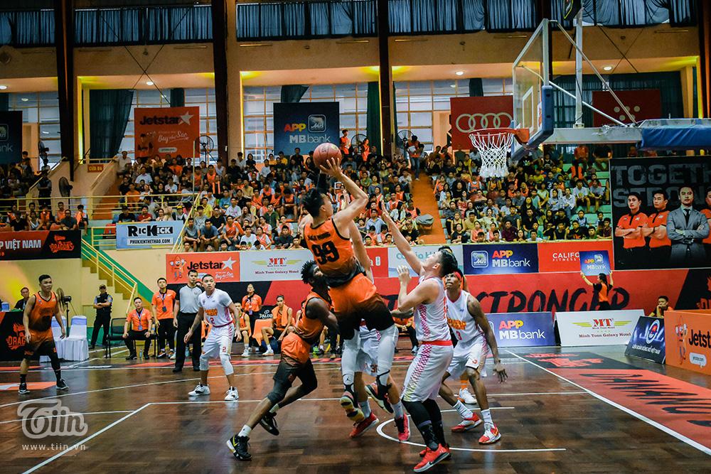 Danang Dragons vừa có cuộc chạm trán đầy kịch tính với Saigon Heat trên sân nhà Quân khu 5 vào chiều tối qua (11/8).