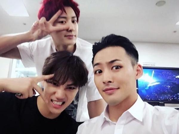 Với các fan trung thành của EXO, Mihawk cũng nổi tiếng chẳng thua kém gì các chàng trai. Anh hiện đang là biên đạo nhảy tài năng bậc nhất của SM, đứng sau những vũ đạo gây nghiện trong các bản hit đình đám nhưLove Shot, Dancing Kings...