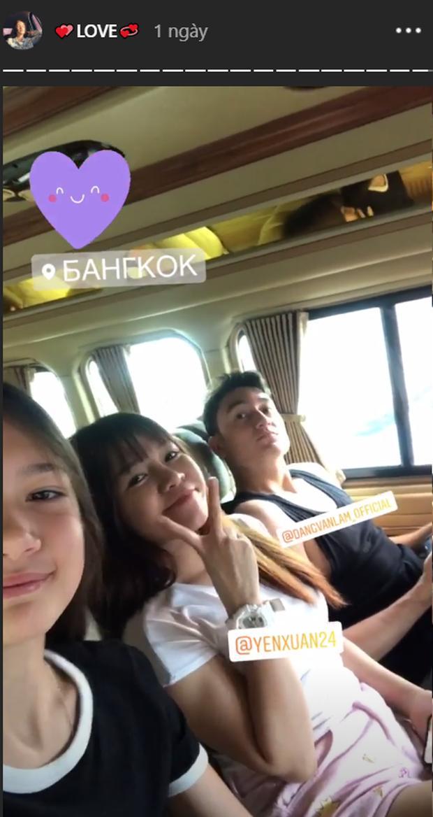 Hình ảnh ngồi bên nhau đầy tình cảm của cặp đôi được cô em gái Thanh Giang chia sẻ.