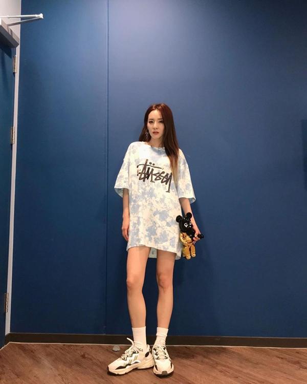Sandara Park khoe chân thon cùng style cá tính, năng động khi diện áo phông dáng rộng loang màu theo mốt giấu quần.