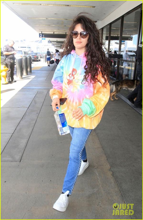 Camila Cabello nổi bật trên phố khi diện chiếc áo hoodie loang màu, bắt cặp cùng quần jeans và giày thể thao.