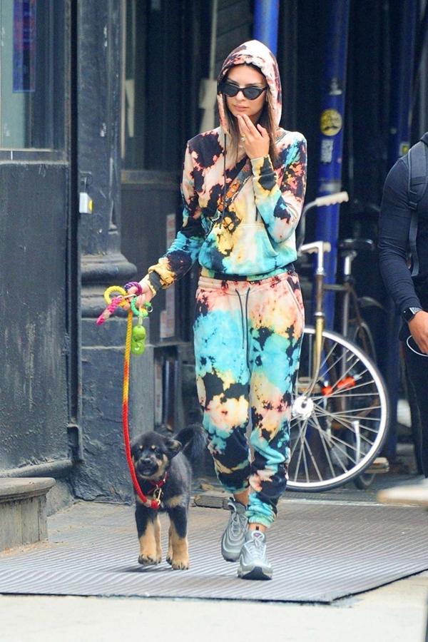 Đi dạo phố với cún cưng, Emily Ratajkowski chọn cho mình set đồ thể thao nhuộm tie dye ton sur ton khỏe khoắn và cá tính.