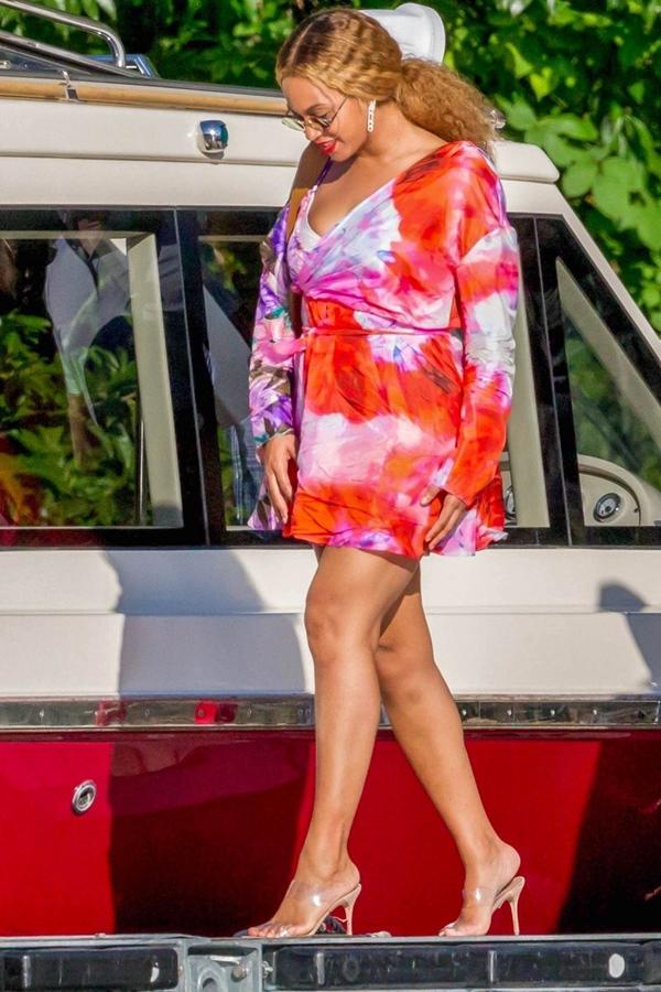 Beyoncé vô cùng gợi cảm nổi bật với chiếc đầm loang màu rực rỡ.