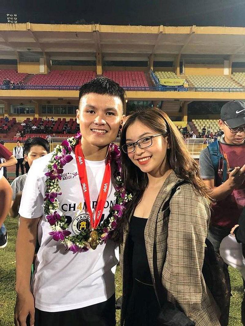 Trong những trận thi đấu có sự góp mặt của Quang Hải, cô bạn Nhật Lê luôn có mặt ở hàng ghế khán giả để cổ vũ tinh thần cho tiền vệ trẻ. Nhiều người còn cho rằng, Nhật Lê chính là ngôi sao may mắn của Quang Hải.