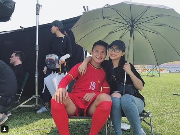 Dù không hoàn toàn nhận được sự chấp nhận từ phía fans Quang Hải nhưng những hình ảnh ngọt ngào của Nhật Lê cùng bạn trai vẫn luôn là chủ đề hot khiến dân tình thả cảm xúc.