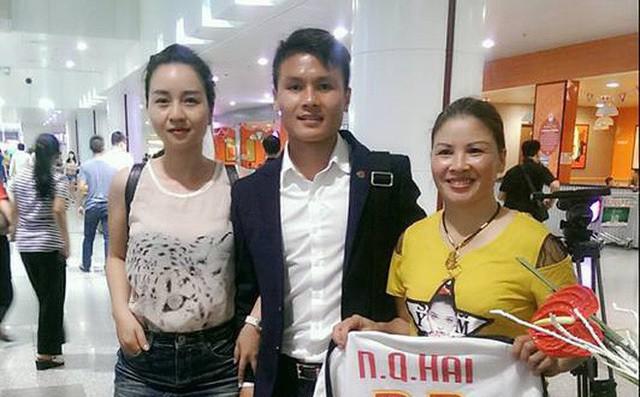 Bà Cúc (áo vàng) và bà Thu Trang (áo trắng) đón con ở sân bay