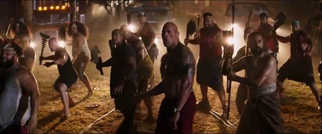 Anh em nhà Hobbs thể hiện điệu múa Siva Tau của người Samoa và cùng nhau đánh bại Brixton