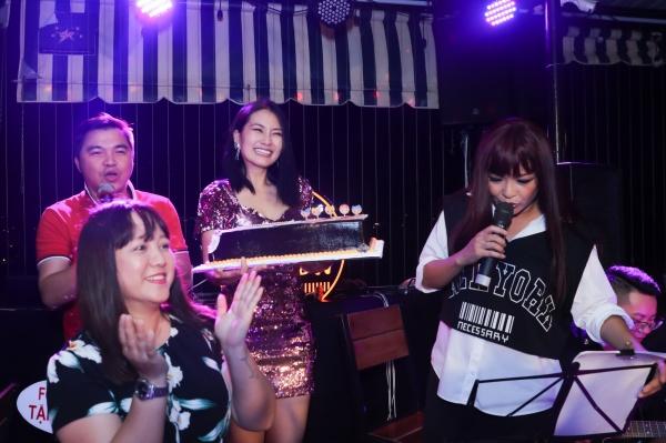 Khi đêm nhạc được một nửa thì bất ngờ nữ ca sỹ Ngọc Linh và Lê Minh (nhóm MTV) xuất hiện cùng chiếc bánh kem khổng lồ.Ngọc Lan lại một lần nữa 'khóc như mưa'khi được tổ chức sinh nhật trên sân khấu.