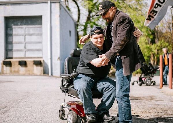 Cựu chiến binh trong Chiến tranh Việt Nam tặng hơn 500 chiếc xe lăn tái chế chongười khuyết tật 1
