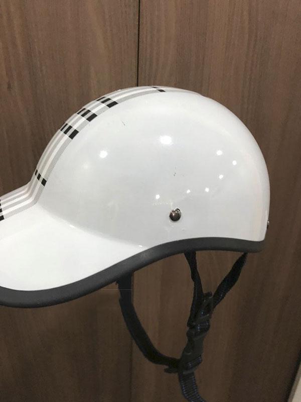 Chiếc mũ bảo hiểm bị nới lỏng dây.