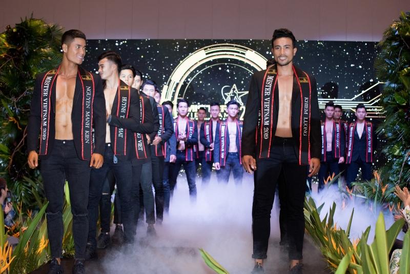 Hiện tại, Khánh Ngân đang cùng BTC của Mister Việt Nam 2019 tích cực chuẩn bị cho vòng chung kết sẽ diễn ra vào trung tuần tháng 9 tới tại TPVũng Tàu.
