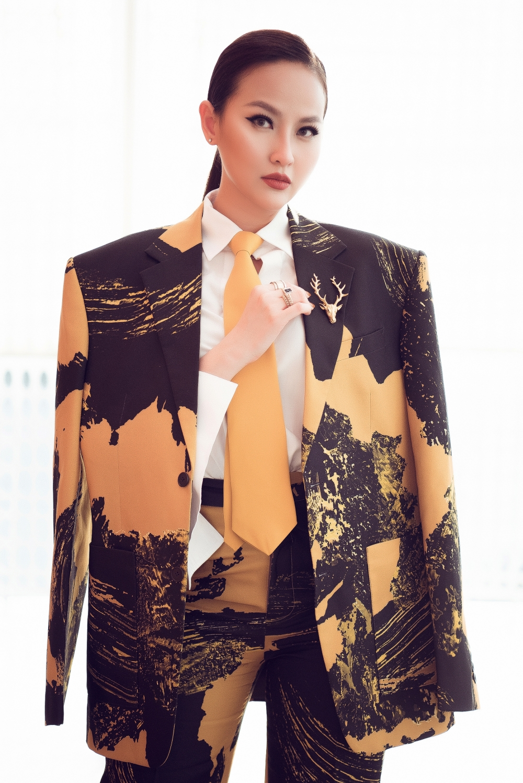 Miss Globe 2017 Đỗ Trần Khánh Ngân gây bất ngờ khi diện set đồ vest được NTK Phi Phạm làm riêng cho cô dự sự kiện công bố top 30 của cuộc thi Mister Việt Nam 2019.