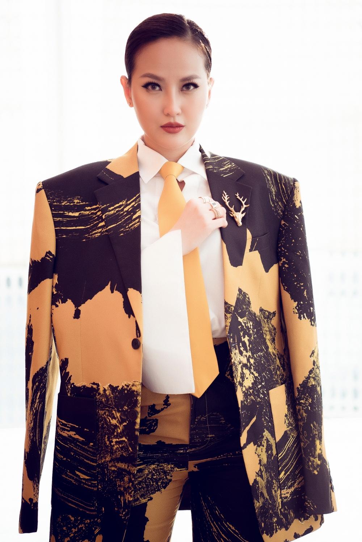 Với bộ vest quá khổ, Đỗ Trần Khánh Ngân chải tóc mướt sát đầu nhằm tạo hình cho mình có dáng dấp của một quý ông thực sự.