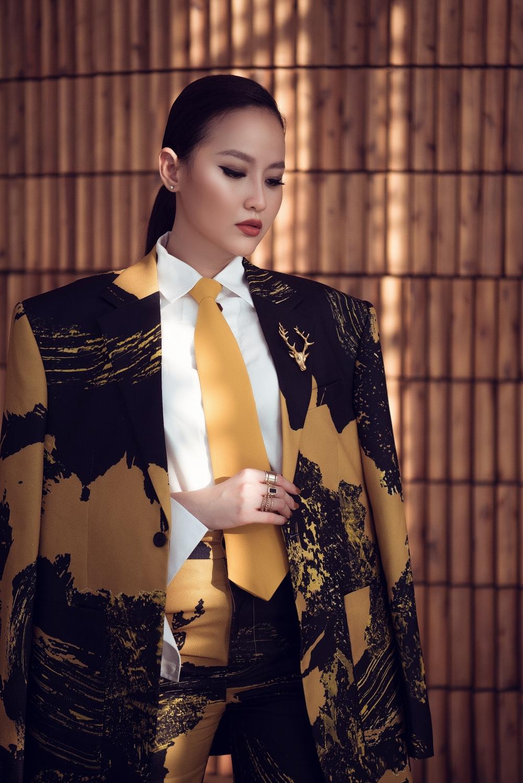 Khánh Ngân là một trong những huấn luyện viên của cuộc thi Mister Việt Nam 2019, chính vì vậy, khi tham dự sự kiện công bố top 30 của cuộc thi, cô đã cố tình biến mình thành một 'quý ông' xinh đẹp để 'đọ dáng' với những 'cực phẩm'của cuộc thi.