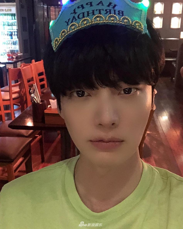 Bức ảnh Ah Jae Hyun mặc chiếc áo xanh mà anh đăng tải trên Instagram ngày 30/6 hoàn toàn trùng khớp với hình ảnh khi anh đi ăn cung 3 cô gái kia