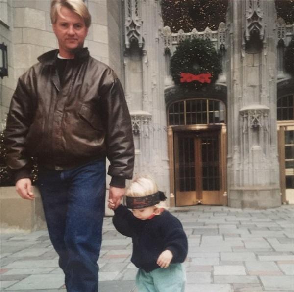 Nicole cùng bố khi còn nhỏ. Ảnh: Today.