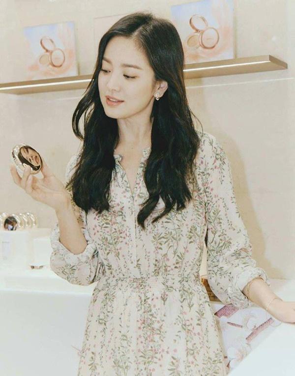 Có thể thấy, cứ 10 sự kiện thì đã có 9 sự kiện Song Hye Kyo lựa chọn item đầm có cổ áo hình chữ V