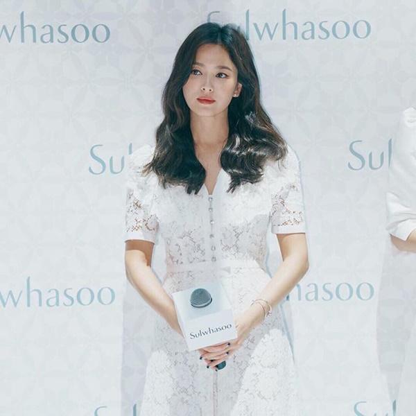 Sở dĩ nữ diễn viên 'Gặp gỡ' lựa chọn kiểu áo này là vì chúng được thiết kế để tạo sự chú ý của người nhìn theo chiều dọc, hướng từ trên xuống. Điều này sẽ góp phần làm cho gương mặt nhẹ nhàng, thanh thoát, đồng thời, thiết kế áo chữ V cũng vô cùng phù hợp với phong cách thời trang tối giản, thanh lịch của Song Hye Kyo
