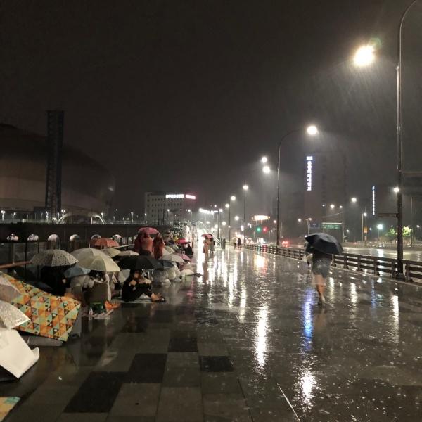 Bất chấp mưa giông bão bùng, các fan vẫn 'cắm trại' bên ngoài sân vận động Gocheok nơi X1 tổ chức showcase debut.